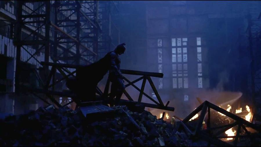 Hogy minél erősebben magába szippantó világot teremtsen és fokozza a nyomasztást, Nolan az addig csak természetfilmekhez használt IMAX technológiát választotta: ez sokkal nehezebb, költségesebb kamerákat jelentett, de a végén megérte és a film történelmet írt, nem csak Ledger, Caine és Bale fantasztikus játéka, de a lenyűgöző látvány miatt is. Ne hagyd ki a filmet január 19-én a VIASAT3-on. (Warner Bros.)