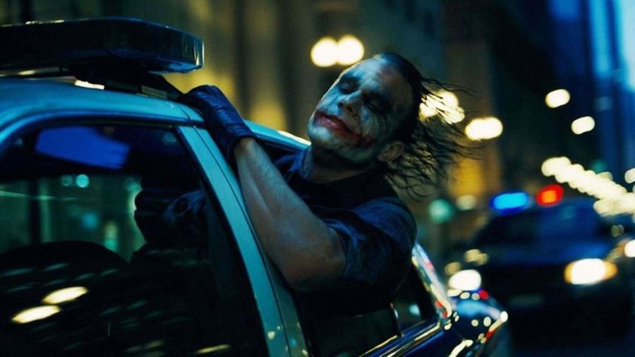 """A szerepről Adrien Brody is érdeklődött, de Nolan listáján sosem szerepelt más név, mint Legderé. """"Mikor megtudtam, hogy érdekli, már nem is volt kétség. Láthatod a szemében, hogy képes rá. Az emberek megdöbbentek a választásomon, de mint rendező, sosem volt egyszerűbb dolgom..."""" - mesélte Nolan. (Warner Bros.)"""