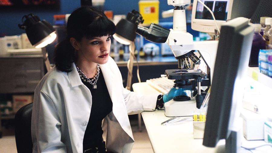 Abby a laborban dolgozik, közben pedig hangosan hallgatja a zenét. (CBS)