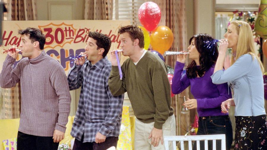 Először is: ki hány éves is a sorozatban? Ross három évadon keresztül állítja, hogy 29 éves. Joey az első évadban 25-nek vallja magát, a másodikban pedig már 28-nak. A hetedik évadban 31 éves. Rachelnek pedig 32-nek kellene lennie, mikor a 30-as buliját ünnepli.. Igen, tudjuk, hiúság meg minden, de ez nem biztos, hogy rendesen át lett gondolva.