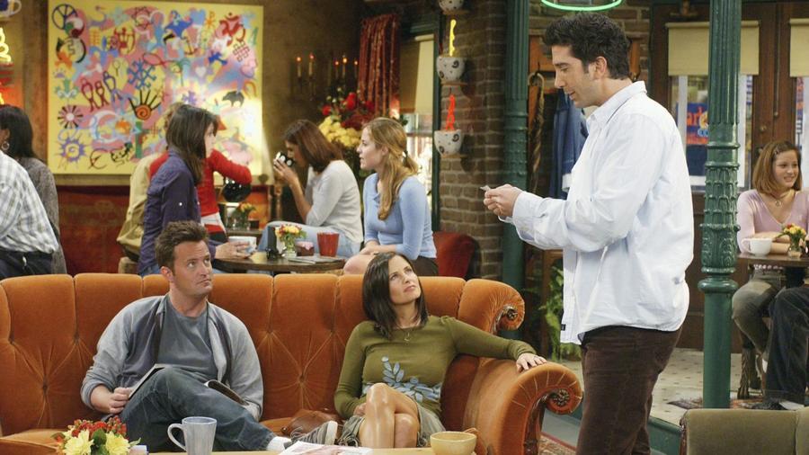 Ross egyszer megemlíti, hogy az egyetemi évei alatt lefeküdt a takarítónővel. Először azt állítja, hogy Chandler tette, de Chandler megvédi magát, Ross pedig annyiban hagyja a dolgot, és visszavág azzal, hogy Chandler egyszer egy férfival csókolózott.