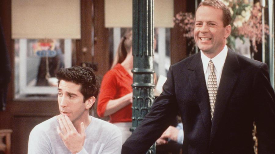 Chandler, Joey és Ross nagy Die Hard rajongók. Akkor hogy lehet, hogy nem ismerik fel Bruce Willis-t, amikor a 6. évad egyik részében feltűnik?