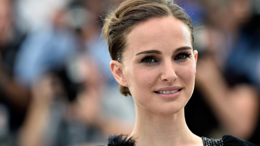 Natalie Portman csak simán Laura Brown. Semmi hivalkodás, nem is gondolnánk, hogy egy sztár lapul a hotelben...