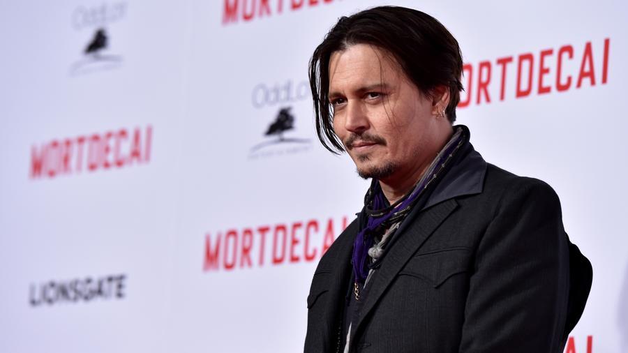 Johnny Depp a hülye nevekért van oda. A Mr. Drip Noodle (~Csöpögős Tészta úr) vagy épp a Mr. Stench (~Bűz úr)  állandó kamunevei között szerepel, és azt nyilatkozta, hogy nagyon élvezi, ahogy reggelente felhívják és megpróbálják kimondani a kifejezetten nyelvtörősre és bénára eszkábált neveit.