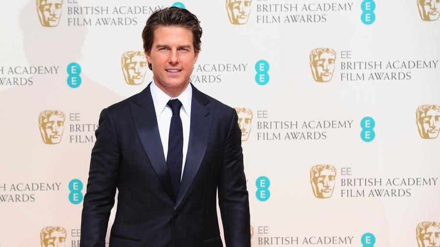 Tom kölcsönvette a Mission: Impossible-béli karakterének a vezetéknevét és általában Cage Huntként jelentkezik be.