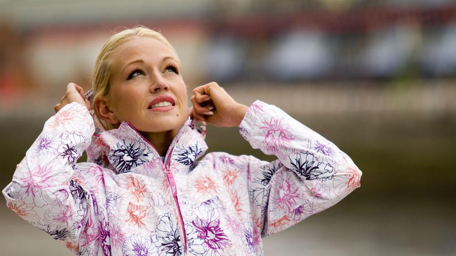 Míg télen, kevesebb látszik a női testből, így sokkal izgatóbb újból felfedezni azt.