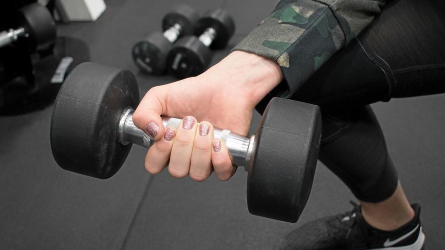 Remek terv, de érdemes konkrétabban megfogalmazni, hogy szívesen csináld. Kocognál, edzőteremben súlyt emelnél, vagy csoportos órára járnál szívesebben. Ha olyat választol, amit élvezel is, biztos sikerül megtartani a fogadalmad. (IBL/Shutterstock)