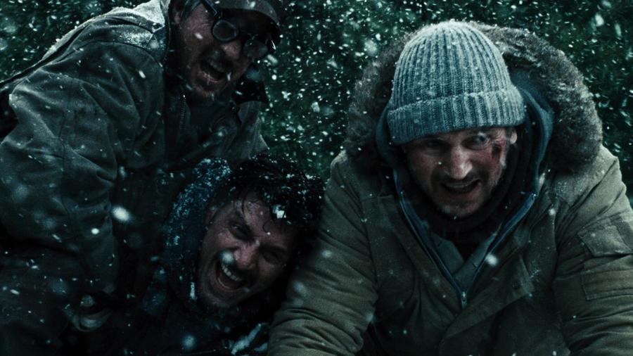 Liam Neeson farkasvadászatra vállalkozik, ám a munkába igyekezve lezuhan a repülőjük, és őket kezdik el szépen egyesével levadászni a farkasok. A természet kontra emberiség témája általában elég kegyetlen. (Open Road Films)