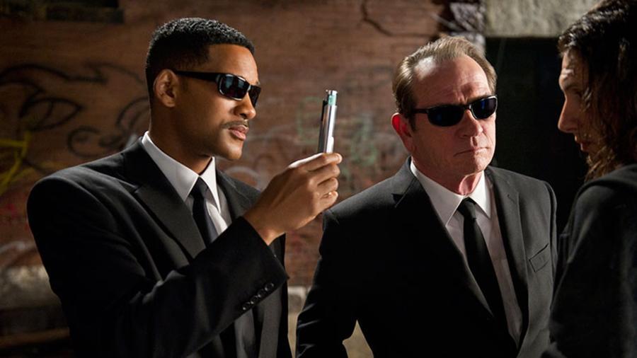 Elsőre szinte teljesen érthetetlen volt, minek pattintották össze egy párba Will Smith-t és Tommy Lee Jonest, ám látva a közös kémiájukat a mozivásznon, nem csoda, hogy az űrlény-hentelő agymenés kapott még két folytatást. (Columbia Pictures)