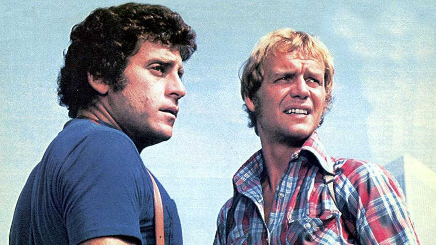 Az eredeti, 1975 és 1979 között futó Starsky és Hutch sorozatban David Soul és Paul Michael Glaser üldözte elszántan a gonosztevőket. S aki látott egy részt is, nem feledi, ahogy a mozgékony nyomozók ajtónyitás nélkül, a lehúzott ablakon át beslisszanva ugrottak be a kocsijukban, hogy üldözzék a rosszban sántikálókat. A sorozatnak 2004-ben készült egy új verziója Ben Stiller és Owen Wilson főszereplésével. (ABC)