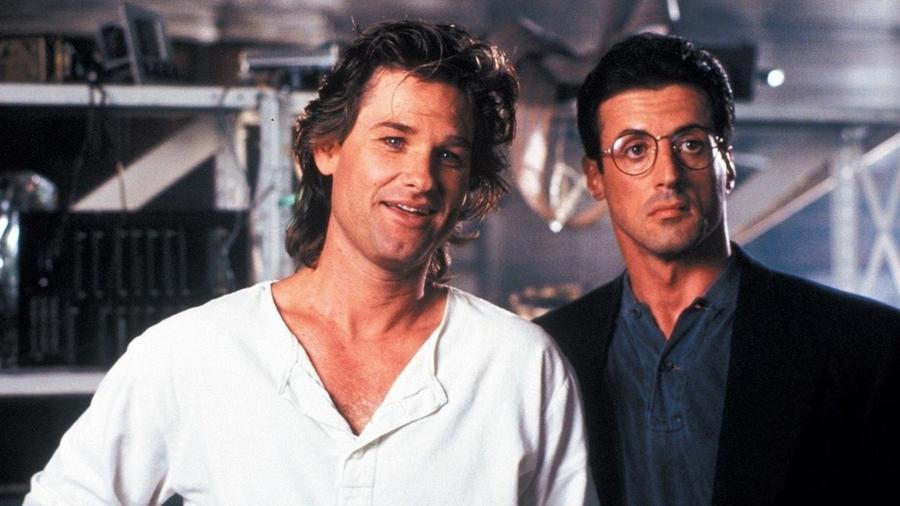 Noha a film papíron egy tök átlagos akciófilm lenne, ám köszönhetően a két főszereplőnek, a műfaj két ikonjának, Sylvester StalloneésKurt Russell karaktert és amolyan csibész eleganciát kölcsönöz a sztorinak, egyúttal az eltérő személyiségeikből fakadó hibák és erősségeik remekül ki is egészítik egymást. (Warner Bros.)