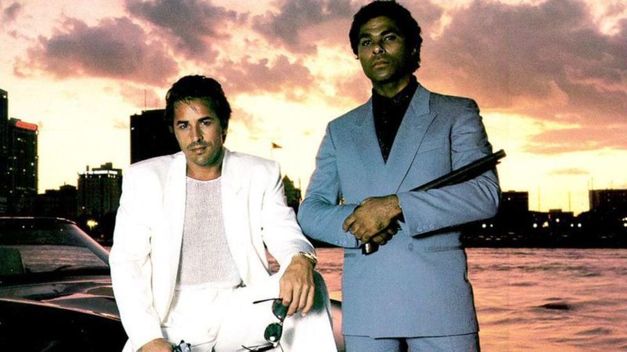 A zene, a divat, a frizurák és a gesztusok – a sorozat ízig-vérig az 1980-as évek terméke annak minden szépségével és modorosságával. Don Johnson és Phillip Michael Thomas nyomozó párosa pedig jól visszaadja a napfényes, ám árnyaktól hemzsegő Miami utcáinak korabeli hangulatát és a csillogás és mocsok kettősségének ellentmondásait. (NBC)