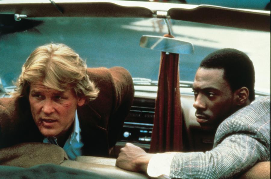 A legtöbb zsarus mozi arra játszik rá, hogy a főszereplő páros olyan arcokból áll, akik alapjában véve, normális körülmények között soha az életben nem tartózkodnának egy szobában, elsősorban azért, mert ki nem állhatják egymást. Nos, a 48 óra esetében ezt a felállást még azzal is megspékelték, hogy a duó egyik tagja, Eddie Murphy karaktere igazából nem is nyomozó, hanem egy szélhámos. (Paramount Pictures)