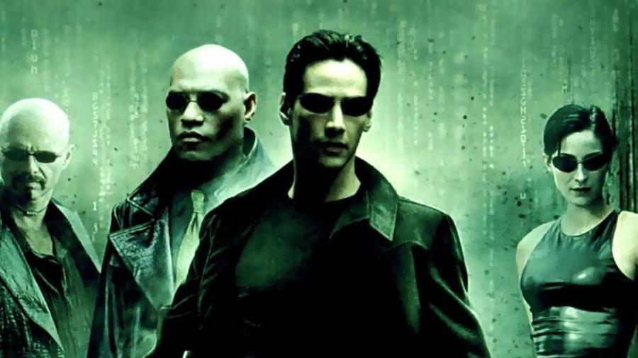 A csúcstechnikai fejlesztésekről híres Szilícium-völgy lakói közül sokan állítólag meg vannak arról győződve, hogy valóban egy Matrix-szerű szimulációban élünk. A megszállottabbak szerint pedig egyes techmilliárdosok már nagyon közel járnak ahhoz, hogy titkos kutatásaik segítségével ki tudják szedni az embereket ebből a virtuális valóságból. (Warner Bros.)