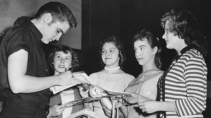 Elvis Presley 42 éves korában, 1977. augusztus 16-án elhunyt. Vagy mégsem? A legújabb összeesküvés-elmélet szerint a rock and roll koronázatlan királya megrendezte a saját halálát, hogy eltűnjön a köztudatból, jelenleg pedig a saját szülőházában, Gracelandben kialakított múzeumban gondnok. (Wikipedia)