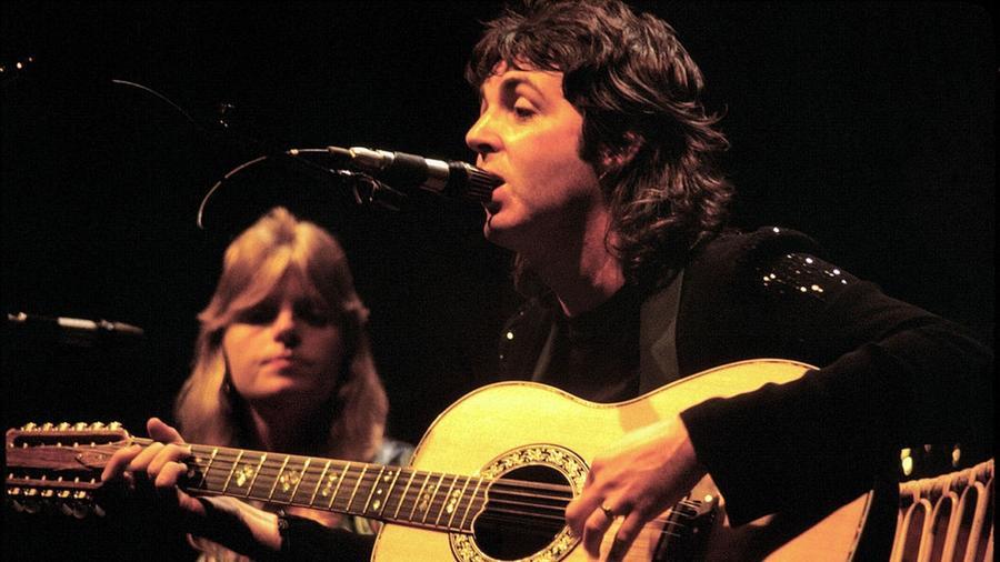 E mendenmonda szerint Paul McCartney, a The Beatles oszlopos, még ma is zenélő tagja 1966 és 1967 táján autóbalesetben elhunyt, és az, akit ma helyette látunk a színpadon egy tökéletes hasonmás, aki akkor ugrott be McCartney helyére. (Wikipedia)