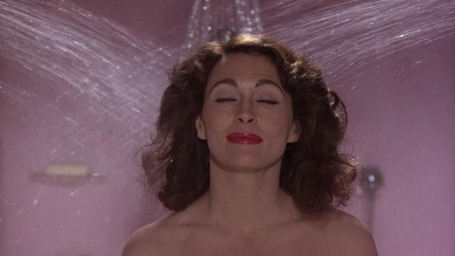 Faye Dunaway őrülten túlzó alakítása az elszürkülő ikonról, Joan Crawfordról. Egyszerűen kísérteties. (Paramount Pictures)