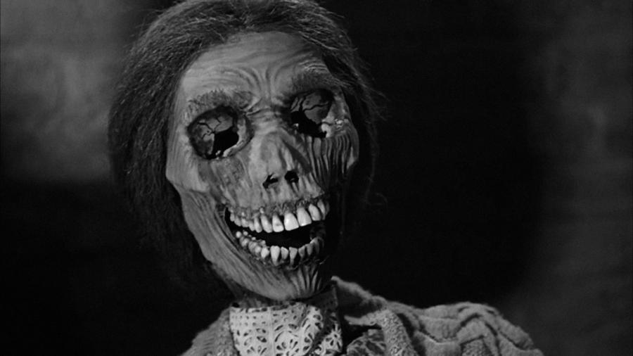 Vigyázat, szpojler riadó! Szegény Norman Bates. Noha a legtöbb anya szeret uralkodni a csemetéje felett, ugyanakkor annyira legalább figyelmes, hogy ne egye be magát teljesen a fiacskája agyába – vagy ne korholjon rá és ne csicskáztassa még a sírból is. (Universal Pictures)