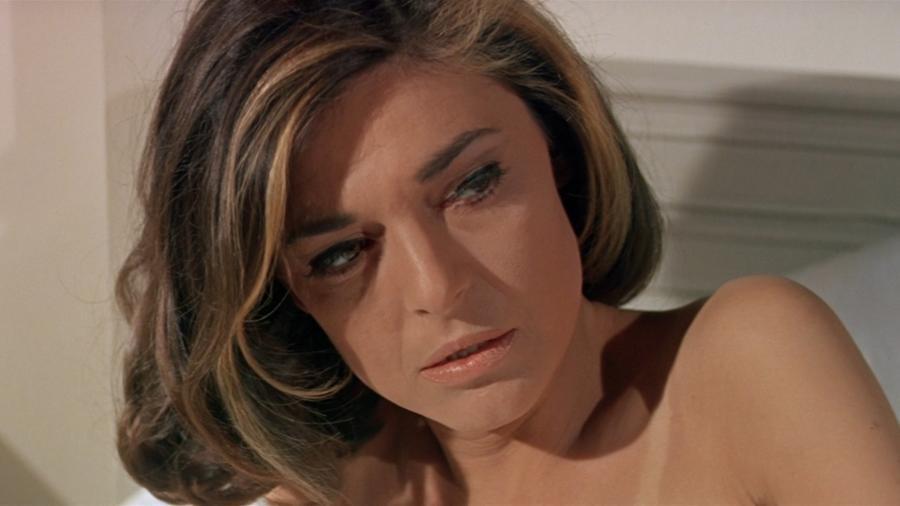 Mrs. Robinson a romlott csábítók igazi alfája, már azelőtt lánya ifjú udvarlóira vadászott, hogy Stifler mamája tiniként belépett volna a gimibe. Erotikus kisugárzázásával nem igen hagyott választást a fiatal Dustin Hoffmann által játszott udvarlónak sem. Miután pedig elszerette lánya pasiját, azon mesterkedett, hogy még véletlenül se kerüljenek újra össze. S hogy mennyire volt erotikus Mrs. Robinson, érdemes meghallgatni Simon & Garfunkel filmhez írt azonos című dalát.  (United Artists)