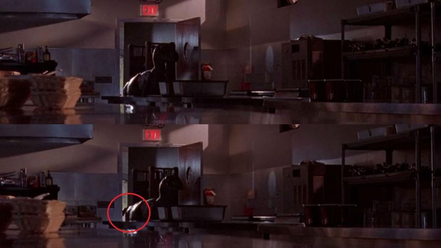 """Nézd csak meg jól, amikor a raptorok bejutnak a konyhába! Amikor az első beugrik, látszik, ahogy valaki elkapja a farkát, hogy stabil maradjon a raptor """"báb"""". (Universal Pictures)"""