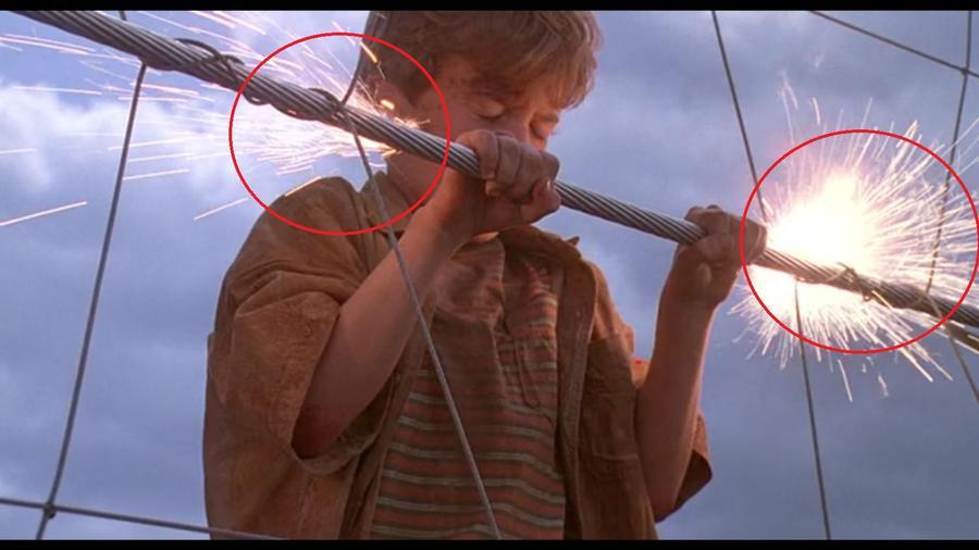A jelenetben, ahol Timet megrázza az elektromos kerítés a szikrák nem a kezénél, hanem jó pár centivel arrébb pattognak. (Universal Pictures)