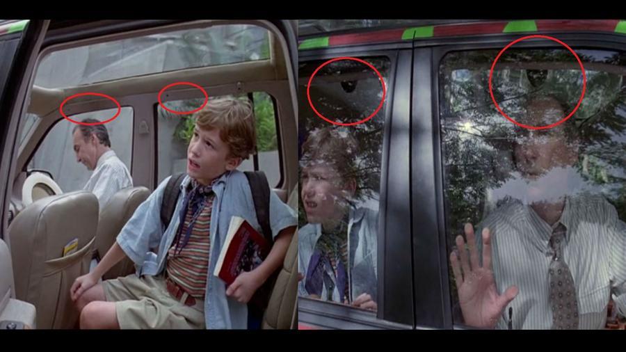 Amikor az Explorerek elindulnak a sziget túrára, a park bejártánál van egy jelenet, ahol Lex, Tim és Gennaro kinéznek az utas oldalon. Pont a fejük felett látszanak a mikrofonok! Persze azok, amik a hangjukat rögzítik. Sem korábban, sem később már nem látszanak. (Universal Pictures)