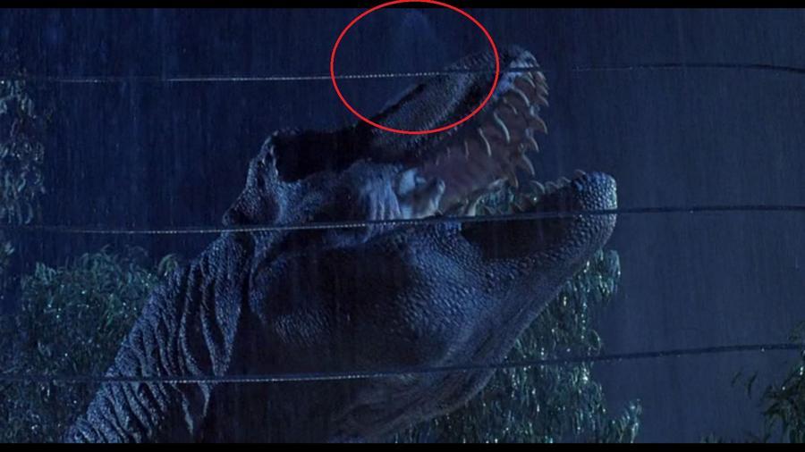 Amikor a kecskét fogyasztja el a T-Rex, miután a kecskeláb ráesik az Explorerre, a képernyő tetejénél látszik az esőgép fúvókája. (Universal Pictures)