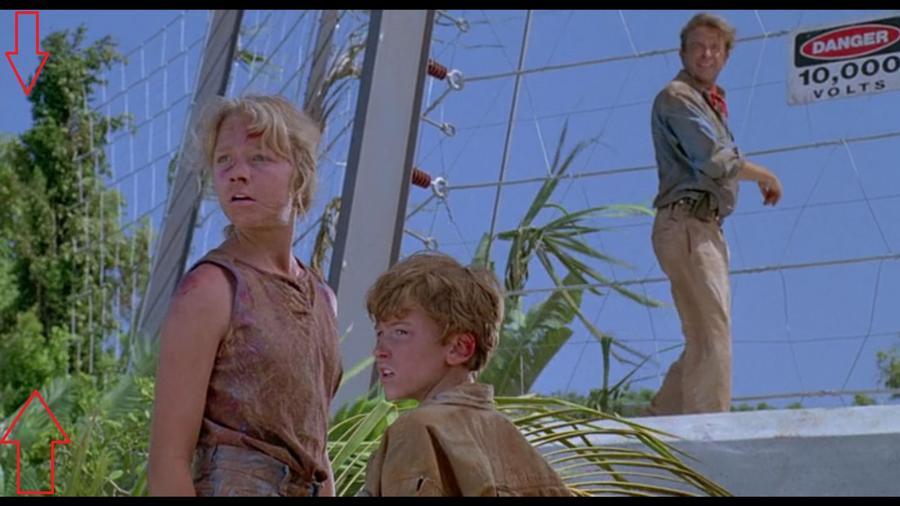 Amikor Dr. Grant és a gyerekek menekülnek (ismét egy dinó elől), és át kell mászniuk a kerítésen, látszik ám, hogy ez a kerítés nem is tart tovább, csak kb. 30 méter... (Universal Pictures)