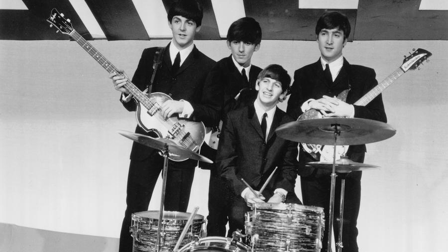 A Beatles tagjai a 60-as évek elején tűntek fel ezzel a félhosszú, frufrus gombára hasonlító frizurával.  Ez a megjelenés új irányt mutatott, az addig szigorúan rövidre vágott férfi hajakhoz képest. A gombafizura hamar meghódította az egész világot.