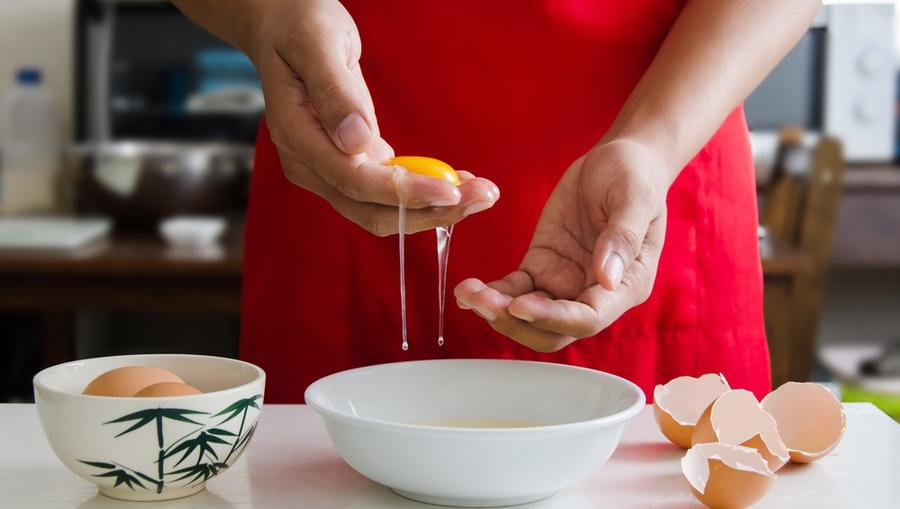 Ha véletlenül beesik egy darab tojáshéj a tojásfehérjébe, felejtsd el a kanalat! Kézzel sokkal gyorsabban ki tudod szedni. (Shutterstock)