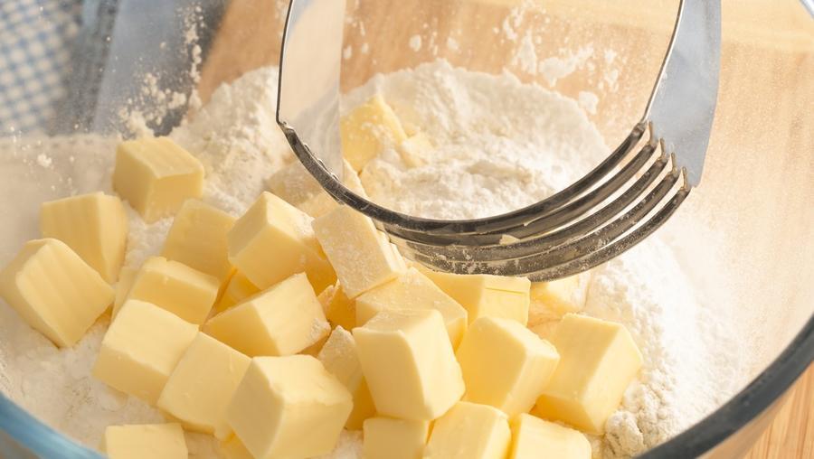 Ha pedig nem akarsz a kelleténél többet bajlódni a tészta gyúrásával, a vajat vágd fel kis kockákra. (Shutterstock)