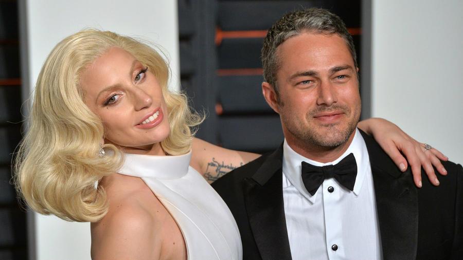 A párt Lady Gaga 2011-es Yoü and I című videóklipje hozta össze, a megjelenés után röviddel kezdtek el randizni. Sokáig úgy tűnt, hogy az énekesnő és Taylor egy hullámhosszon pörög és igazi lelkitársai egymásnak. Sajnos azonban 2016. júliusában felbontották az eljegyzésüket és szakítottak. A Yoü and I közben azóta is köszöni, jól van, a számot eddig csak a YouTube-on közel 134 milliószor játszották le. (Anthony Harvey/Shutterstock)