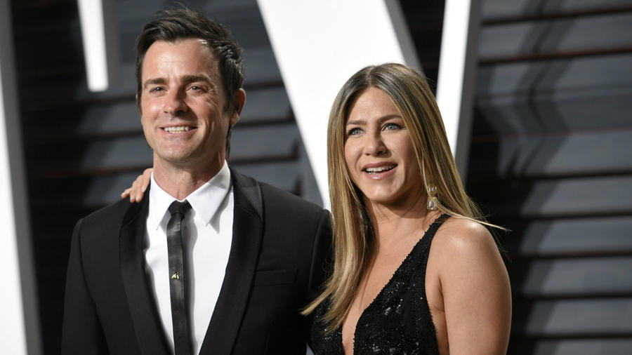 Úgy tűnt, Jennifer Aniston 2011-ben Justin Theroux személyében végre megtalálta örök szerelmét. Kapcsolatuk a Hippi túra forgatásán kezdődött, majd 2015-ben össze is házasodtak. A világ nagyon örült kettejüknek, s annál inkább megszakadtak a szívek, mikor 2017 legvégén kiderült, a pár szétment. Aniston és Theroux ezt kicsit később, 2018 februárjában erősítette meg hivatalosan. (Stewart Cook/Shutterstock)