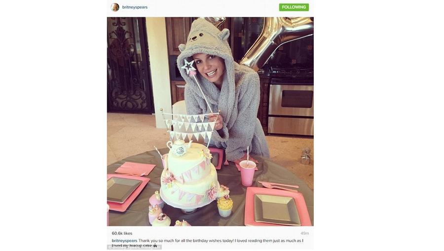 Vajon a cuki tortához választotta Britney a helyes kis köntöst vagy fordítva? A kis teáskancsóval a tetején pont olyan, mintha egy hercegnős teadélutánra készülne. (Instagram/britneyspears)