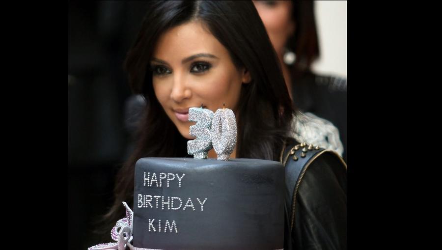 Ennyire visszafogottan elegáns tortára azért nem számítottunk Kim 30. születésnapján. Lehet, hogy az esti bulira valami extravagánsabbal készült? (Shutterstock)