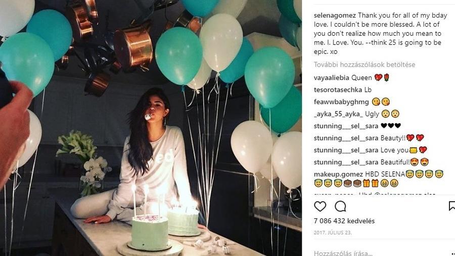 Selena nagyon lazára vette a figurát, és pizsiben ünnepelt a konyhapult tetején :) . A torták egyszerűen kifinomultak. (Instagram/selenagomez)