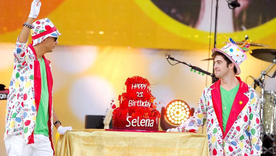 Nem úgy, mint ez a virágos torta, ami szuperszexi, akárcsak Selena maga. (Shutterstock)