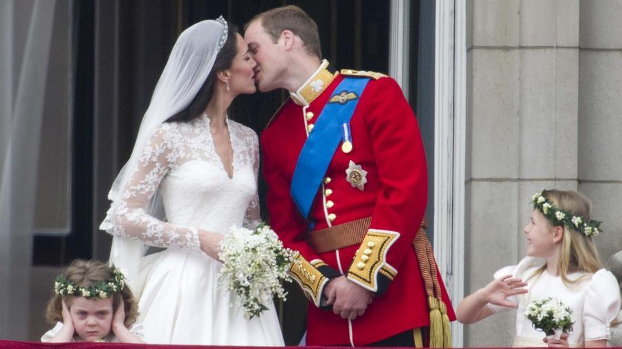 A 2000-es évek egyik legromantikusabb tündérmeséje az övék. Az esküvőn csak a virágdíszek 800,000 dollárba, a fantasztikus torta pedig 80,000 dollárba került. Ott volt szinte mindenki, aki számít, hírességek, nemesek, és persze mindezt milliók követhették a TV-n keresztül. (Paul Grover/Shutterstock)