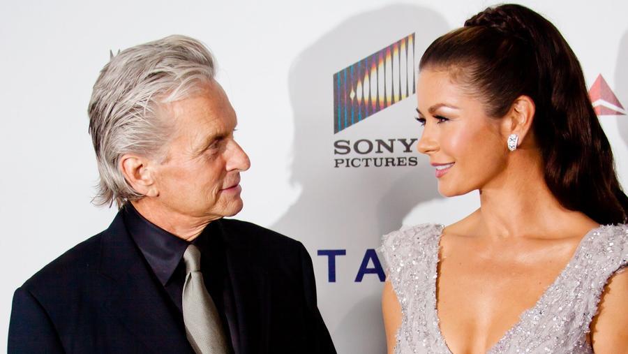 A két világhírű színész igazán csillagokhoz méltón ünnepelte az egybekelést 2005-ben, ami bizony a számlán is meglátszott. A New York-i Pláza Hotelben nem kisebb hírességek gyűltek össze az ifjú pár ünneplésére, mint Sean Connery, Jack Nicholson vagy Michael Caine. Több, mint 50 ember felelt a rendezvény biztonságáért, a menyasszony gyémánt fejdísze 300,000 dollárba, Christian Lacroix ruhája 140,000 dollárba került. (Unimedia Images/Shutterstock)