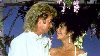 A legendás színésznő és építőipari munkás férje Michael Jackson Neverland nevű birtokán kelt egybem ahol maga Michael Jackson kísérte a dívát oltárhoz. Liza Minnelli, Eddie Murphy és Nancy Reagan is jelen volt az esküvőn. Maga a házasság viszont nem volt túl hosszú, 5 évig tartott. (Pinterest)