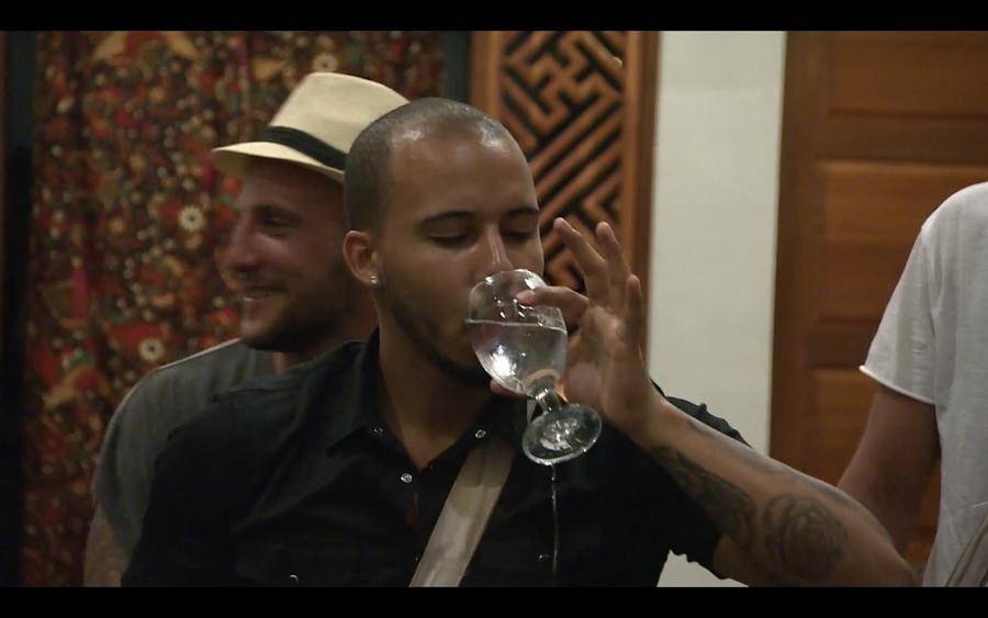Az első adandó alkalommal sikerült mocsár részegre innia magát.