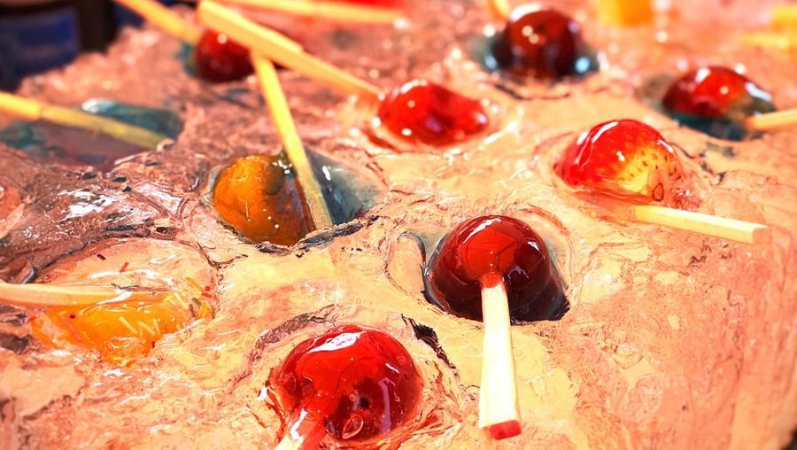 """Tokió Asakusa negyedéből mutatjuk ezeket a """"nyalókákat"""". Igazából a jégen fekvő pálcikákon gyümölcs zselé csücsül, cukorsziruppal leöntve. (Shutterstock)"""