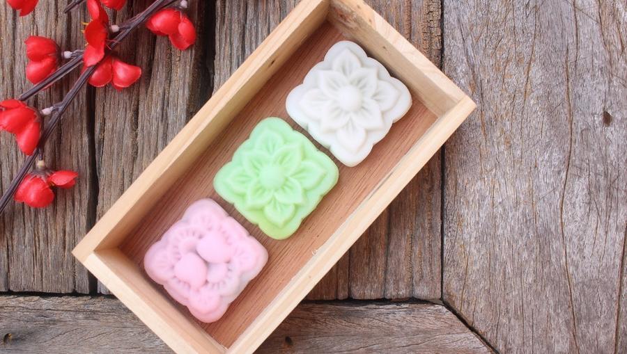 A mochit, ezt a kicsit nyúlós japán desszertet sokféle formában és ízben kipróbálhatod. Ezek a különleges mochik formába öntve készültek. Az óvatlan szemlélő elsőre akár szappannak is nézhetné őket. (Shutterstock)
