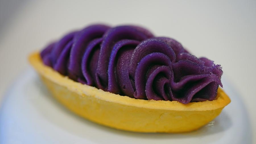 Lila, de finom. Ez egy benimo, egy lila édesburgonya tortácska Okinawa-ról. (Shutterstock)