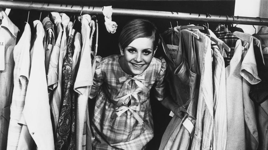 Twiggy, azaz Leslie Lawson a hatvanas évek egyik legmenőbb modellje volt, akinek őzikésre sminkelt szemeit, rövid haját, kisfiús alkatát és kurta ruhácskáit lányok milliói próbálták lemásolni. A 70-es években otthagyta a kifutót, de azóta sem szakadt el a divat világától. (Getty Images)