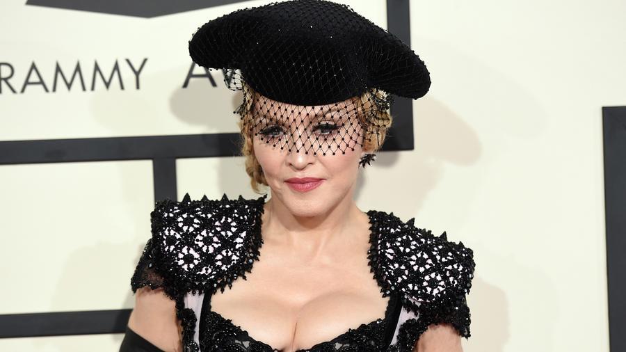Énekesnő, színésznő és divatkirálynő, akiknek folyamatosan megújuló stílusa kitörölhetetlen nyomot hagyott a poptörténelemben. Minden irányzatot a saját képére formál, és a mai napig megkerülhetetlen - nem csak a földi halandók, de számos híresség is merített belőle inspirációt Rihannától Britney Spears-ig. (Getty Images)