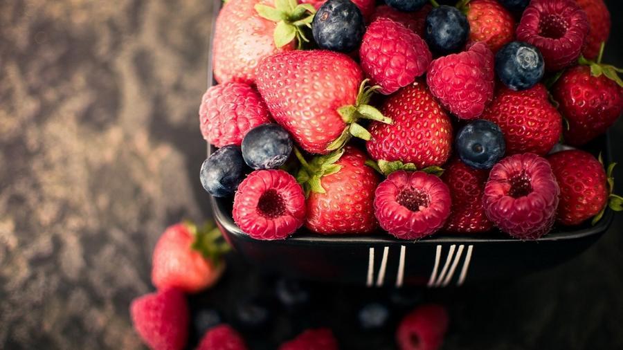 Az áfonya, az eper és az acai bogyó olyan anyagokat tartalmaznak, melyek megakadályozzák a kognitív képességek és a memória leromlását. (greenblender.com)