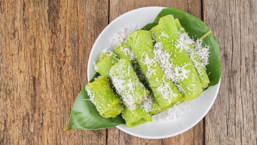 A dadar gulung egy indonéziai palacsinta. Egészen extrém zöld színben pompázik. A hozzávalók is izgalmasak, csavarpálmából készül, cukros kókusztöltelékkel. (Shutterstock)