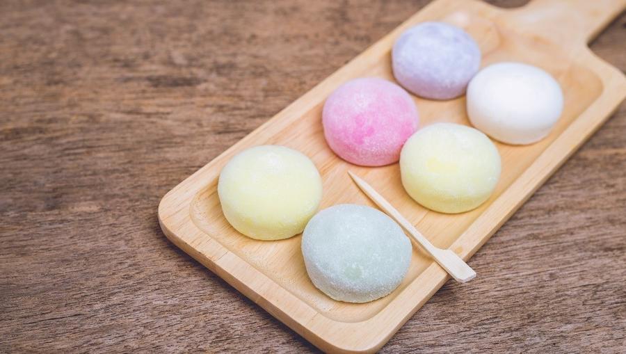 A japán mochi alapanyagai a kókusztej, a rizsliszt, a cukor, a víz és különféle ételfestékek. A ragacsos kis gombócokat óvatosan kell fogyasztani, mert könnyen a torkunkon akad. (Shutterstock)