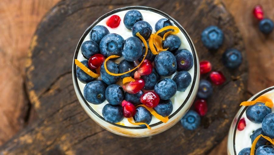 Az izlandi desszertek közül a krémes, joghurtos jellegű skyrt-et ajánljuk. Ha nem lenne elég hideg, akkor nyugi, hűtve tálalják, gyümölcsökkel és még egy kis fagyival…brrr. (Shutterstock)